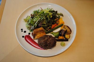 3種類の肉から選べるワンプレートランチ。旨みが凝縮した熟成肉のハンバーグは香り高く絶品。