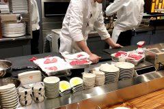 広々としたオープンキッチンは活気にあふれています。