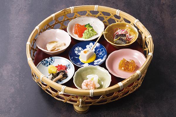 繊細な和と優雅な洋で旬の味を表現するブッフェ。約15種類の小鉢の中から好みの小鉢を籠に入れ自分仕立ての八寸が楽しめる。