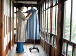 淡い青色がさわやかなスタンドカラー・フレアワンピース