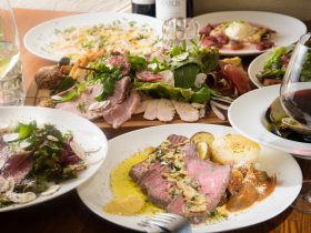 豊富な肉料理が並ぶ