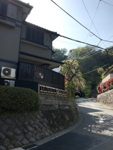 銭洗弁財天へ向かう通り沿いの一軒家がお店