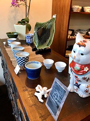 招き猫が迎えてくれる落ち着いた雰囲気の店内
