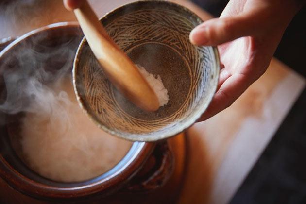 土鍋で炊き上げられた白ご飯