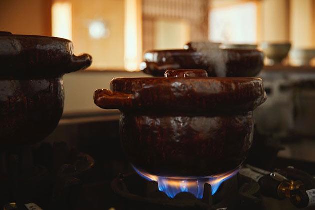 土鍋で炊かれる白ご飯