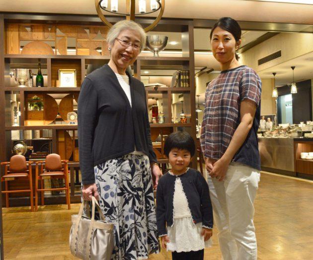 ロビーの前に佇むおばあちゃんとお母さんと女の子