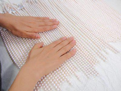 きっかけは真珠職人の手の美しさ。 「毎日真珠に触れているから、キレイなのでは…」 始まりは、こんな一言からでした。