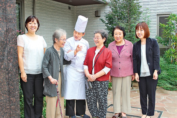 マストクレリアン鎌倉スタッフと入居者。和やかな雰囲気が伝わる。