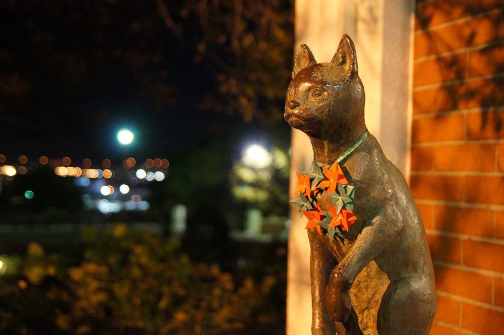 クリスマス仕様に飾られた、「ティールーム 霧笛」の猫像