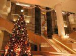 インターコンチネンタル ホテル、クリスマスレッドに彩られた高さ6mのクリスマスツリー。