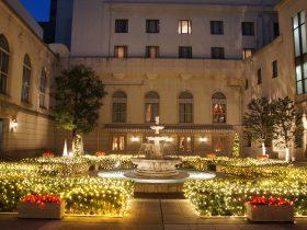 ホテルニューグランド中庭のライトアップがクリスマス仕様に