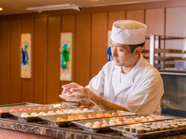 バイキングのオープンキッチンでの握り寿司の実演
