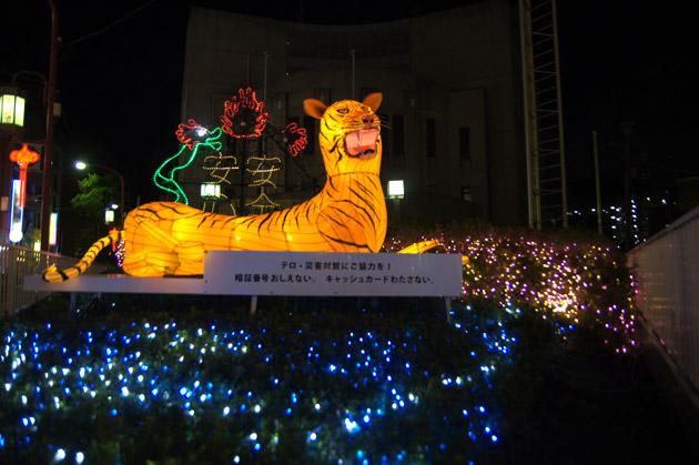 中華街入口善隣門そば加賀町警察署のイルミネーション
