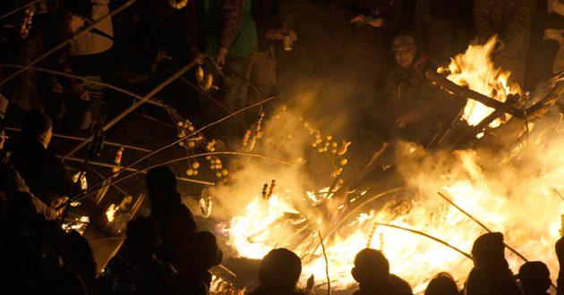 小正月の壮大な火の祭典「大磯の佐義長」