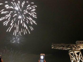 横浜港に打ち上げられた花火 新港ふ頭より